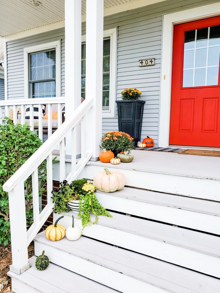 Everydayteacherstyle fall porch decor in black and white